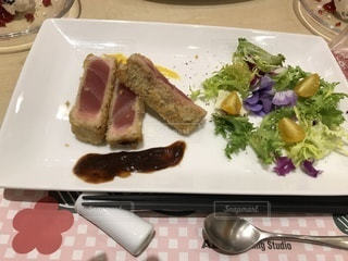 テーブルの上に食べ物のプレートの写真・画像素材[962697]