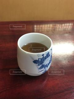 近くのテーブルに座ってコーヒー カップの写真・画像素材[1057924]