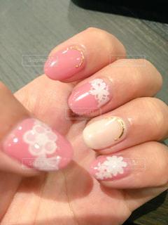 ピンクベースの白いお花ネイルの写真・画像素材[1047404]