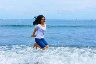 海でサーフボードで波に乗って女の子 - No.963126