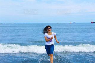 水の体の横に立っている人 - No.963127