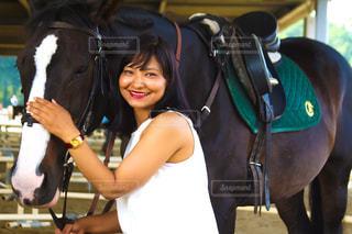 馬の横に立っている女性 - No.963129