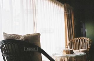 昔、本を読むのは決まってここの廊下でこの机と椅子だったの写真・画像素材[963193]