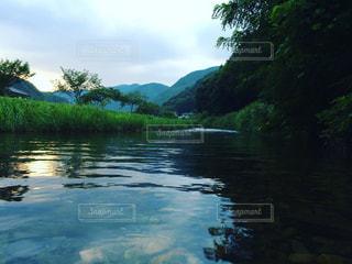 木々 に囲まれた水の体の写真・画像素材[963718]