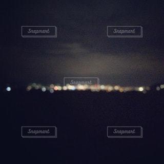 曇りの夜に空気を通って飛んで人の写真・画像素材[963740]