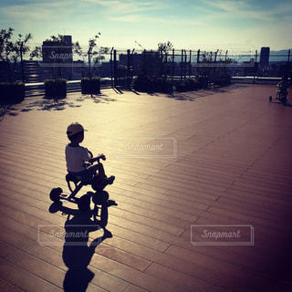 都市のストリート バイクに乗る男の写真・画像素材[963985]