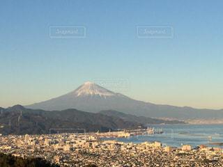 駿河湾ごしの富士山の写真・画像素材[964074]