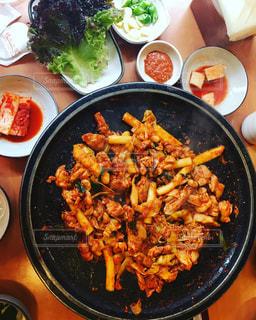 テーブルの上の野菜や肉で満たされたボウルの写真・画像素材[964225]