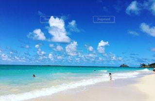海の横にある砂浜のビーチ - No.968773