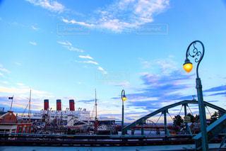 水の上の橋を渡る列車の写真・画像素材[996973]
