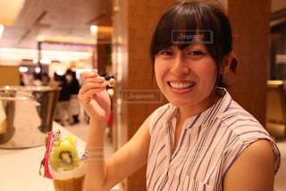 パフェを食べる女の子の写真・画像素材[1335777]