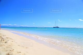 水の体の近くのビーチの人々 のグループの写真・画像素材[1864230]