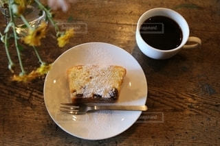 食べ物の皿とコーヒー1杯の写真・画像素材[2732780]