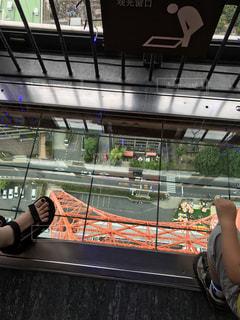 電車の駅で座る人の写真・画像素材[964902]