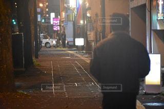 通りに立っている男の写真・画像素材[964653]