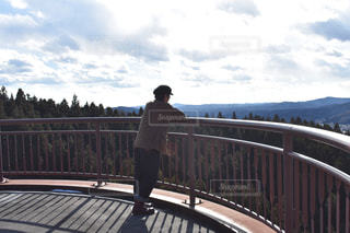 橋の上に立っている人の写真・画像素材[964662]