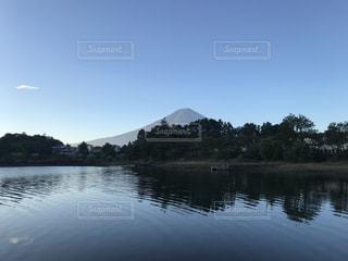 秋晴れの河口湖と富士山の写真・画像素材[964511]