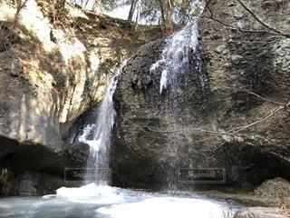 いくつかの水の上の大きな滝の写真・画像素材[964517]
