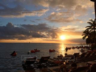 ワイキキビーチの夕焼けの写真・画像素材[964568]