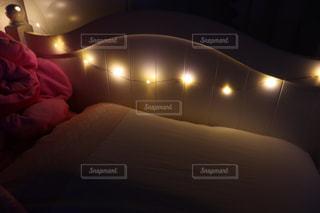 ベッドルーム、ベッドの枕元の写真・画像素材[2497920]