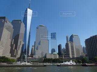 都市を背景にした大きな水域の写真・画像素材[2498316]