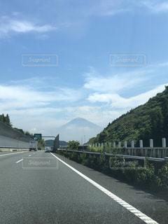 富士山が遠くに見える道路の写真・画像素材[2500023]