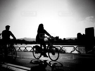 週末にサイクリングするカップルの写真・画像素材[970403]