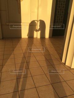 近くにタイル張りの床のアップの写真・画像素材[964814]