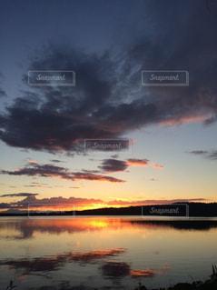 水の体に沈む夕日の写真・画像素材[964874]