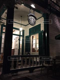 夜の店の前の写真・画像素材[965087]