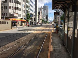 列車が街の通りに駐車されています。の写真・画像素材[966702]
