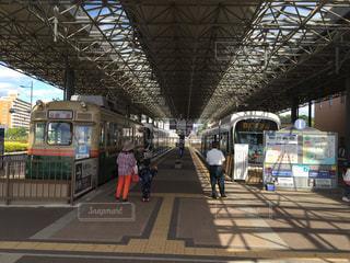 電車の駅で待っている人々 のグループの写真・画像素材[966703]