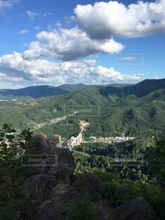 背景の大きな山の写真・画像素材[965233]