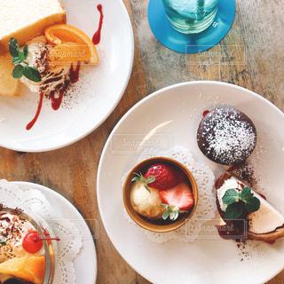 テーブルの上に食べ物のプレートの写真・画像素材[1138640]
