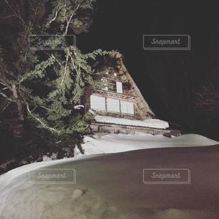 スノーボードに乗っている間空気を通って飛んで男の写真・画像素材[965634]