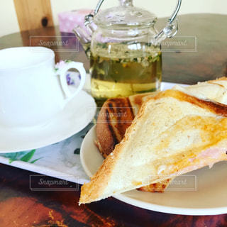 サンドイッチはテーブルの上の皿に半分にカットの写真・画像素材[965640]