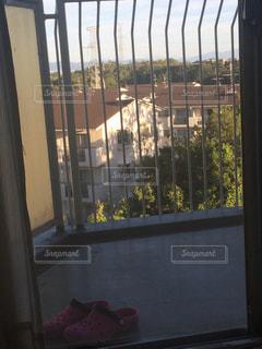 大きな窓の景色の写真・画像素材[1393596]