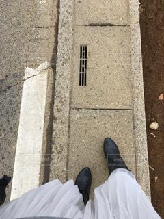 歩道の上に横たわる人の写真・画像素材[971001]