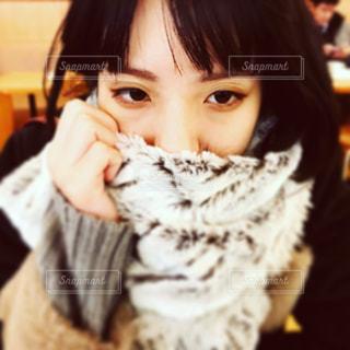 寒い日の女の子の写真・画像素材[975489]