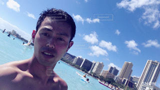 海の中でホテルをバックにの写真・画像素材[974281]