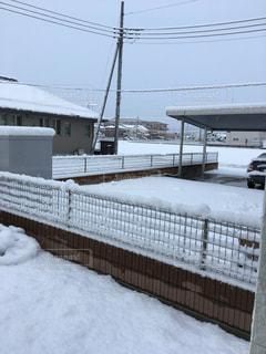フェンスの横に雪の山 - No.989101