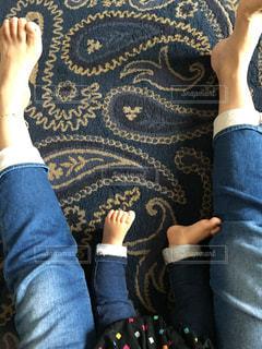 靴の前に立っている女性の写真・画像素材[966183]