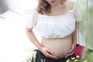 赤ん坊を抱える女性の写真・画像素材[966271]