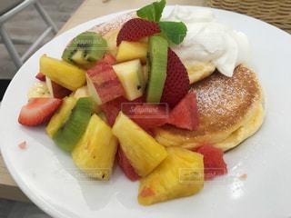 さまざまな種類の果物をトッピング白プレート - No.966424