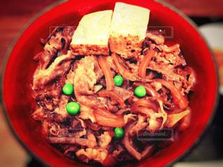 豆腐とグリーンピースがのった牛丼。 - No.966668