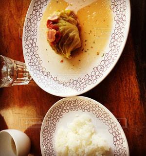 テーブルの上に食べ物のプレートの写真・画像素材[966341]