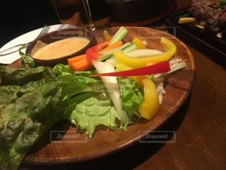 テーブルの上に食べ物のプレート - No.967146