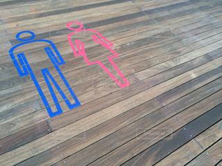 近くのベンチの上の写真・画像素材[968866]