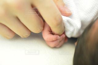 母の指をぎゅっと握る 生まれたての赤ちゃんの写真・画像素材[967656]
