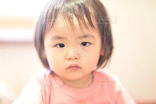 真顔で見つめる娘の写真・画像素材[1521592]